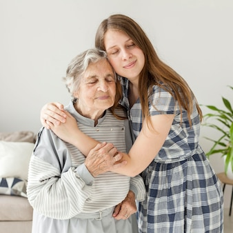 Nieta abrazando a la abuela con amor