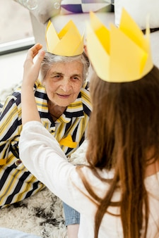 Nieta celebrando el aniversario de las abuelas