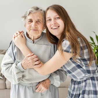 Nieta feliz de pasar tiempo con la abuela