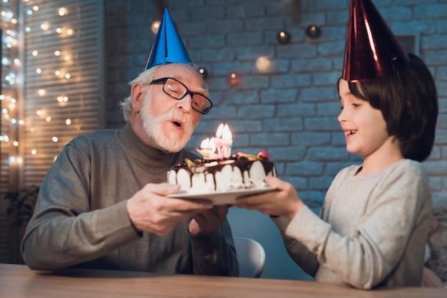 Nieto soplando velas en la torta de cumpleaños