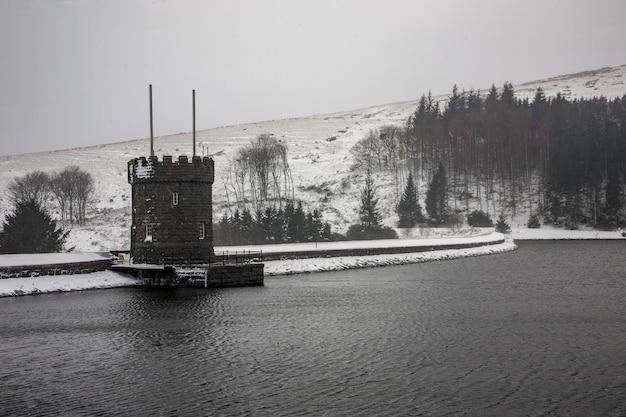 Bajo la nieve en brecon beacons en gales, reino unido