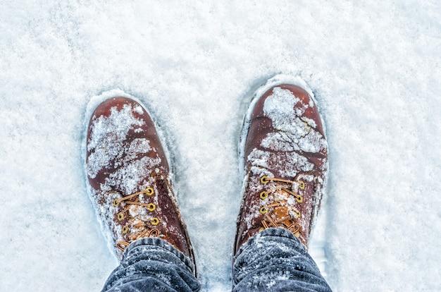 Nieve sobre botas vista desde arriba