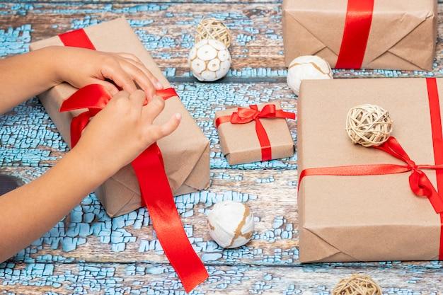 Niña abriendo regalos