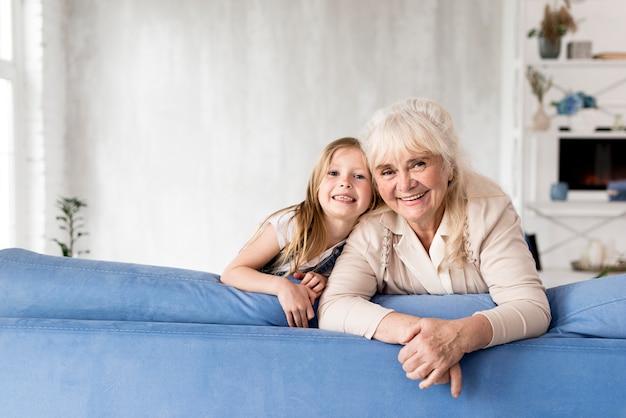 Niña y abuela en casa
