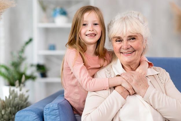 Niña con la abuela