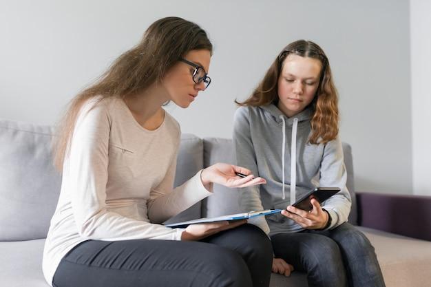 Niña adolescente de 14, 15 años hablando con una psicóloga
