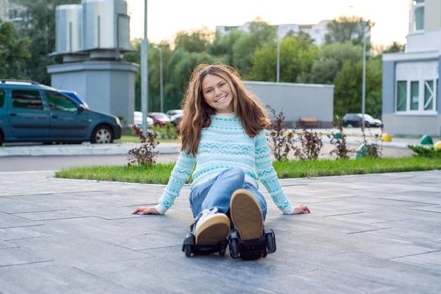Niña adolescente en las ruedas de los rodillos