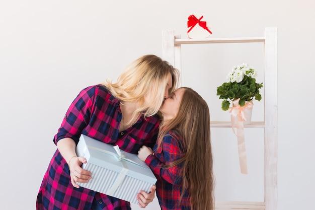 Niña adorable con caja de regalo grande dárselo a su madre