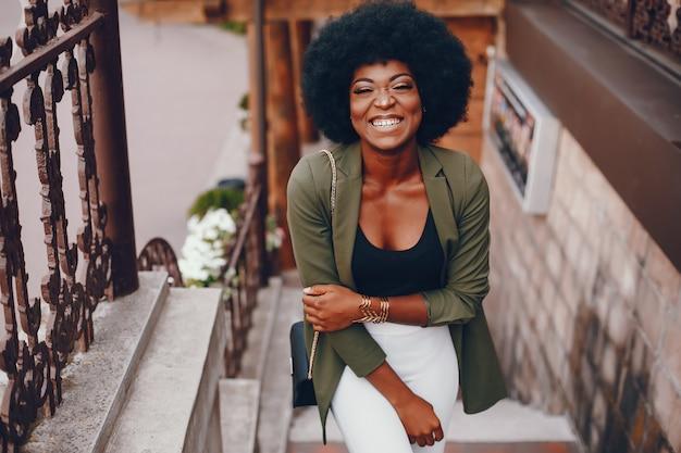 Niña africana en una ciudad de verano
