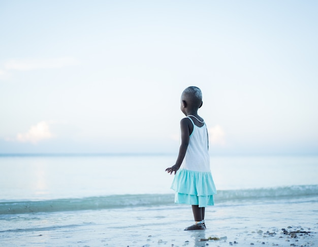 Niña africana linda en la playa