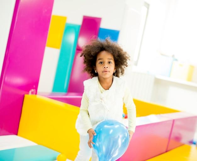 Niña afroamericana con un globo