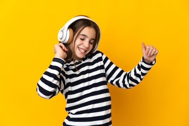Niña aislada escuchando música y bailando