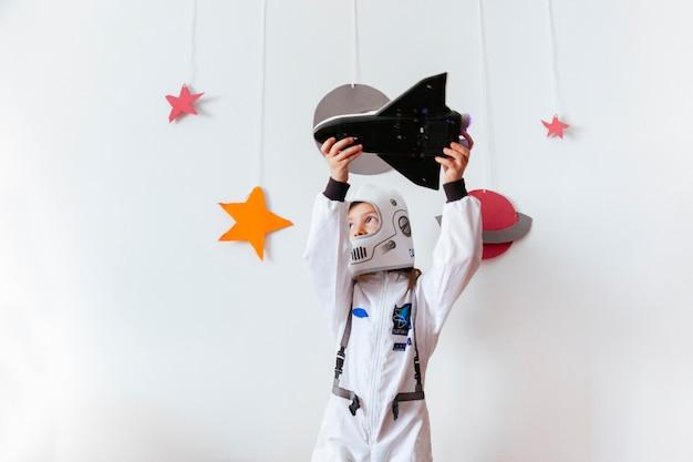Niña con amor por la astronomía