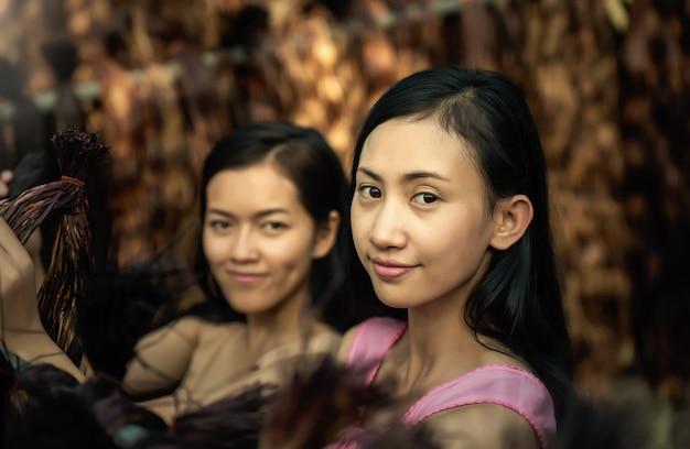 Niña asiática sonriendo