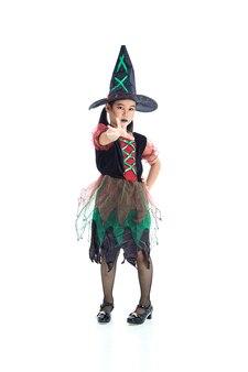 Niña asiática vistiendo disfraces de halloween