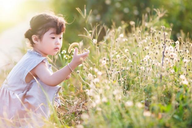 Niña atenta tocando las flores