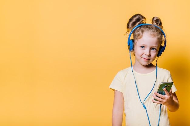 Niña con auriculares