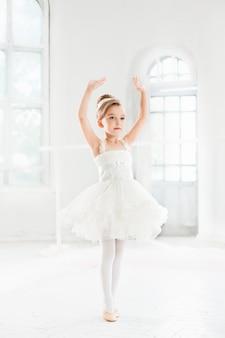 Niña bailarina en un tutú. adorable niño bailando ballet clásico