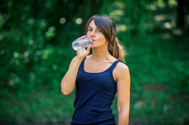 Una niña bebe agua después del deporte