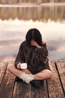 Niña bebe café al aire libre emociones