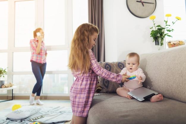 Una niña y un bebé están jugando.