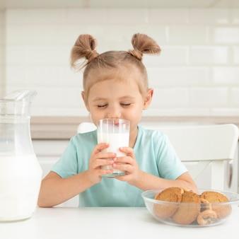 Niña, bebida, leche