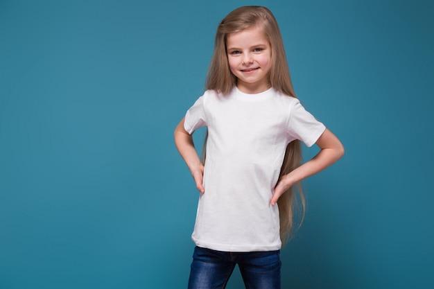 Niña de belleza en camiseta con largo cabello castaño