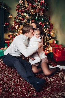 Niña besando a su madre con amor en navidad.