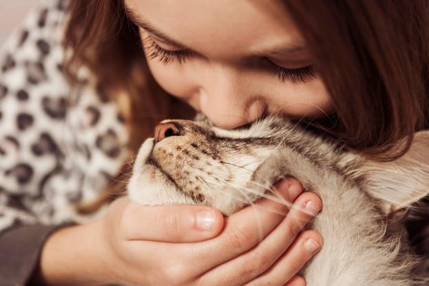 Niña, besar, ella, gato
