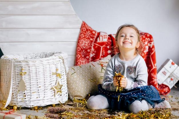 Una niña bonita con canasta decorada con año nuevo