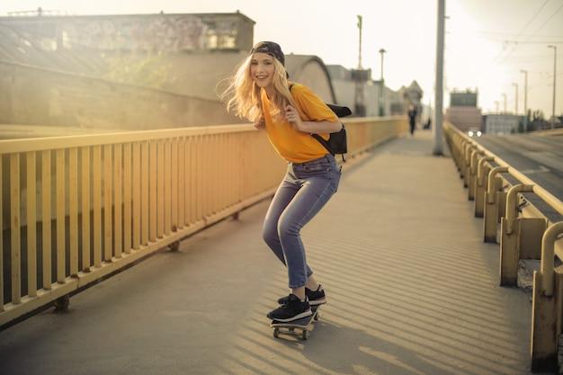 Niña bonita patinando en la ciudad.