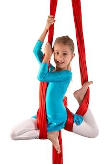 Niña bonita en un traje azul de gimnasia