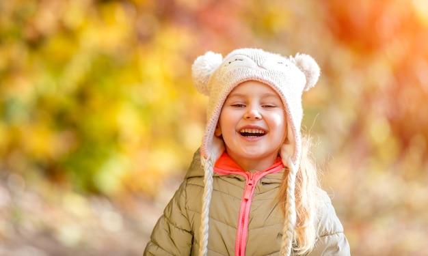 Niña en un bosque de otoño