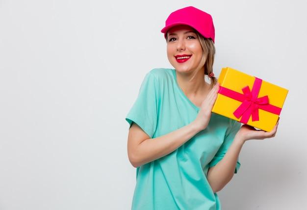 Niña con caja de regalo de vacaciones