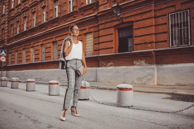 La niña camina por la ciudad
