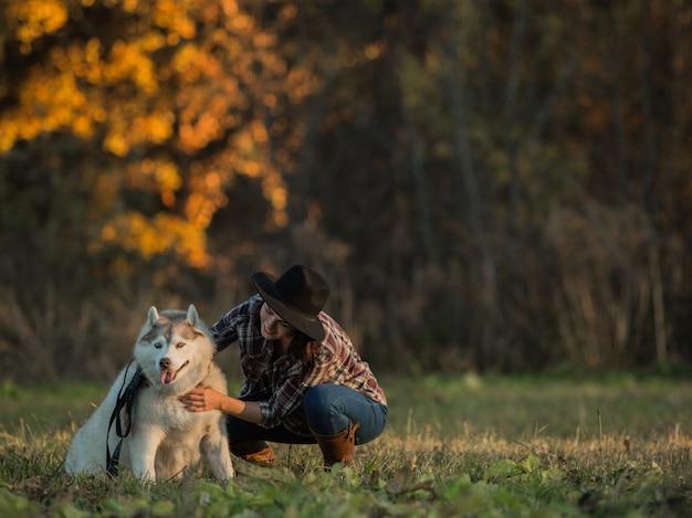 Niña camina con husky