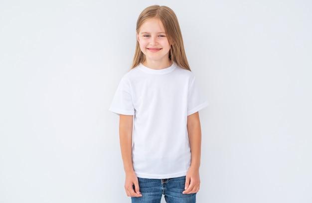 Niña en camiseta blanca en blanco