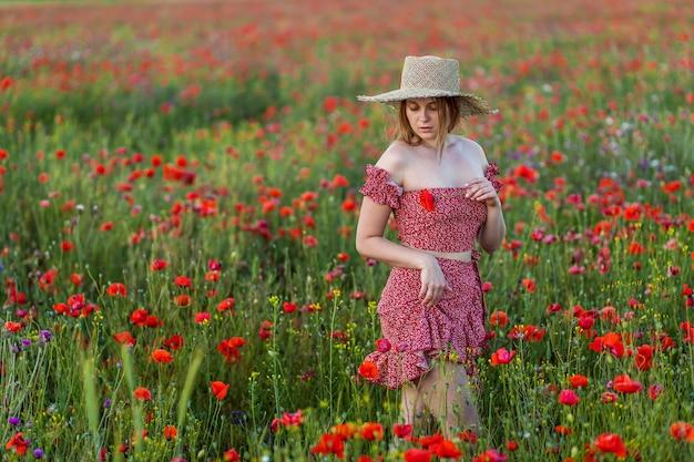 Una niña en un campo de amapolas.