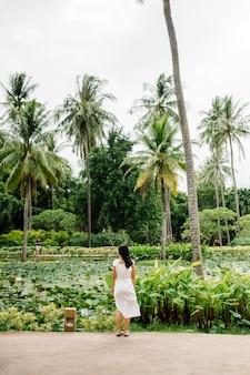 Niña en campo tropical