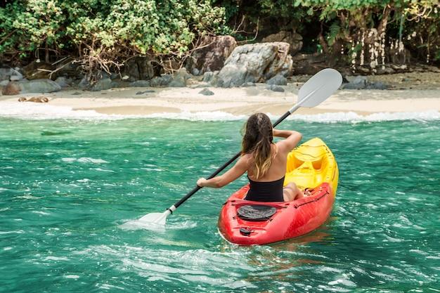 Una niña en una canoa