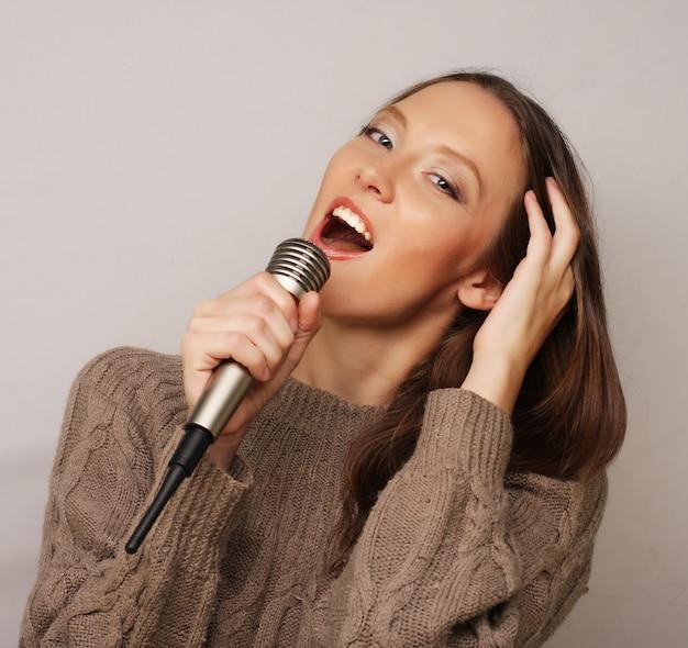 Niña cantando feliz