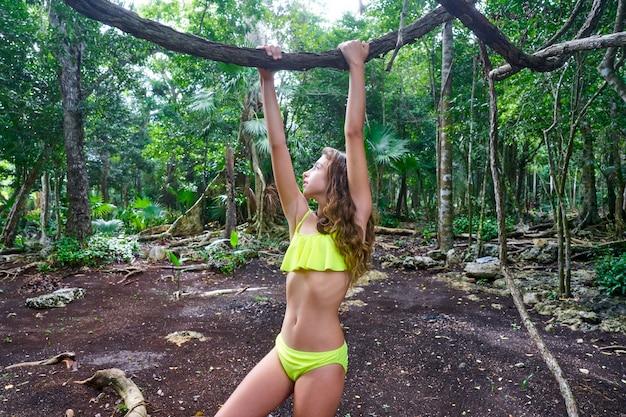 Niña caucásica jugando en la selva selva