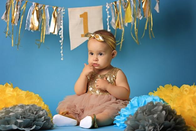 Niña caucásica en su primer cumpleaños
