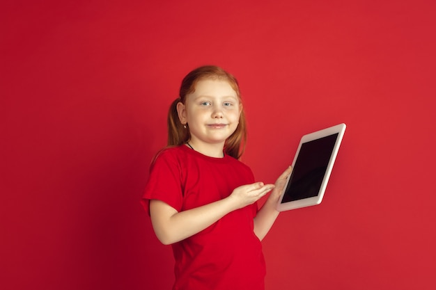 Niña caucásica con tableta digital