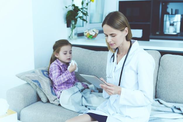 La niña cayó enferma. un médico vino a verla.