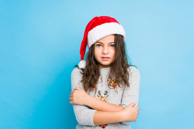 Niña celebrando el día de navidad frío debido a la baja temperatura o una enfermedad.