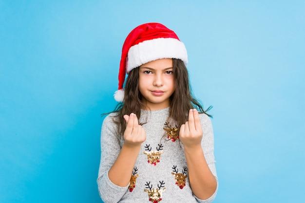 Niña celebrando el día de navidad mostrando que no tiene dinero.