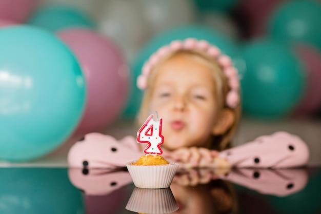 Niña celebrar celebrar cumpleaños de 4 años