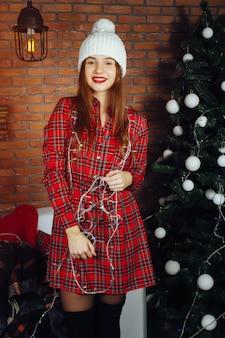 Niña cerca de arbol de navidad