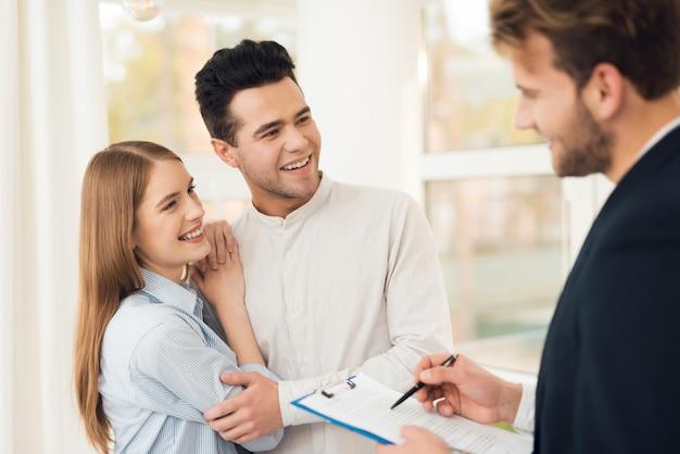 La niña y el chico llegaron a una reunión con un agente de bienes raíces.